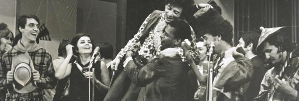 Tom Zé no Festival da Record de 1968 ao lado de Jair Rodrigues