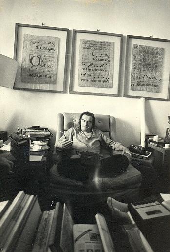 Darcy Ribeiro sentado com seu gravador durante entrevista