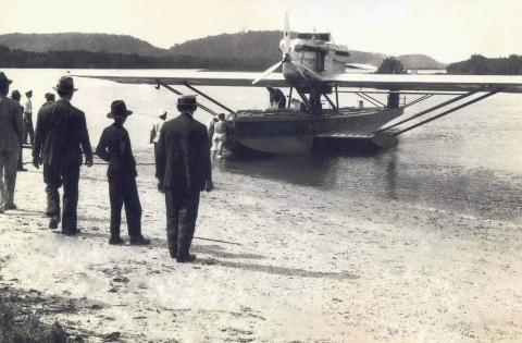 Na ausência de locais melhores, oo aerobote Dornier Wal, para 9 passageiros (Syndicato Condor) pousava próximo das praias