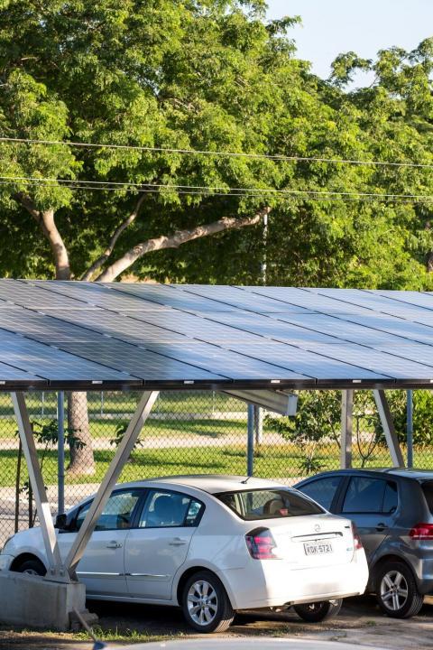 Estacionamento utiliza energia fotovoltaica