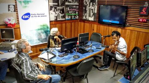 A apresentadora Luciana Valle e convidados no programa Tarde Nacional