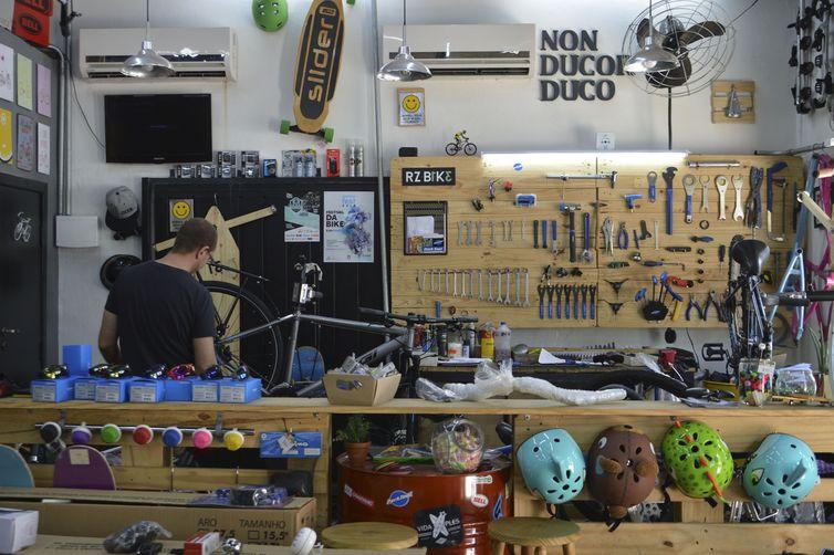A bicicletaria do casal Carolina e Juliano Tancredi funciona na garagem de casa em Perdizes, na região oeste de São Paulo