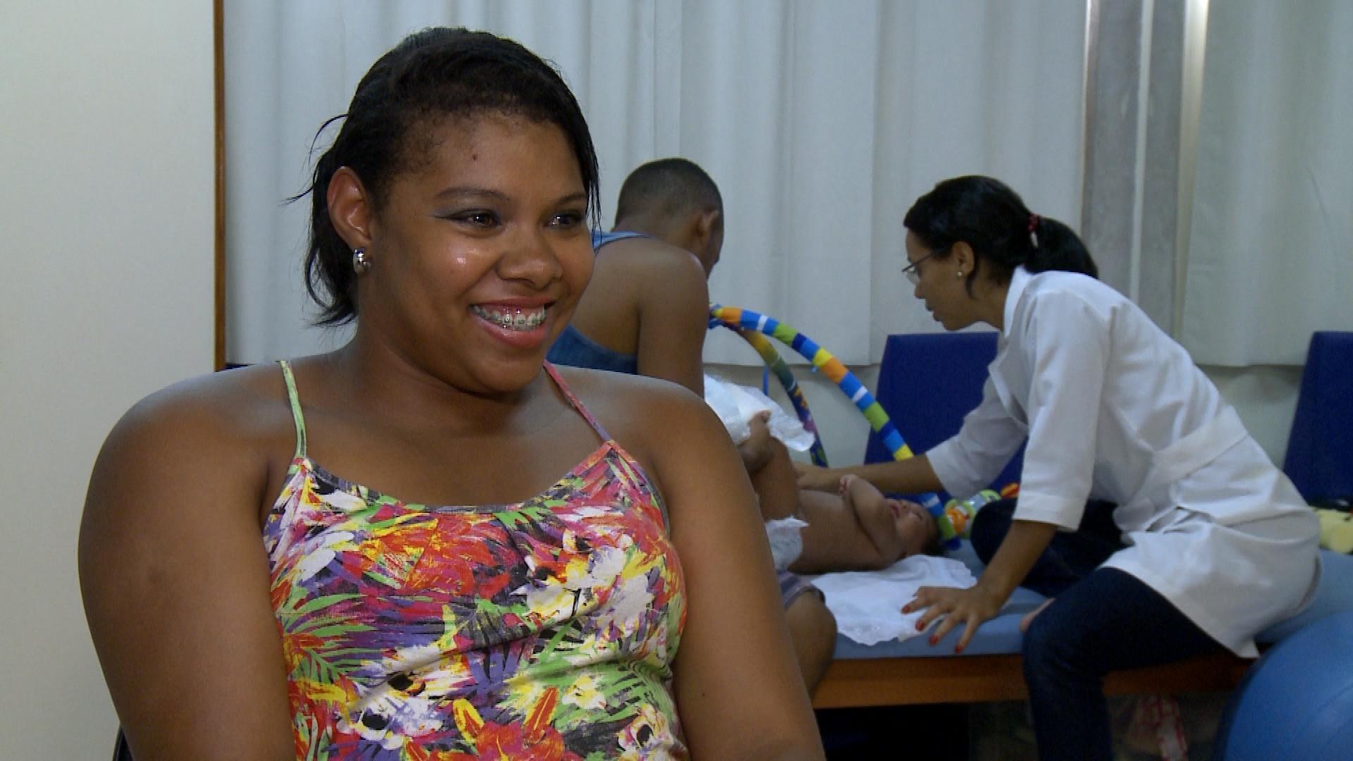 Jéssica de Jesus, mãe de Ícaro, um dos bebês com microcefalia de Salvador (BA), atendido no Centro de Reabilitação da Irmã Dulce